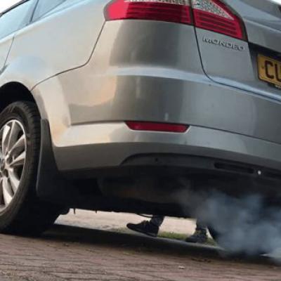 Форд фокус  заводится и глохнет черный дым
